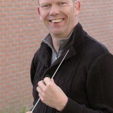 Dirigent Jeroen Drenth van Apollo in Den Oever.